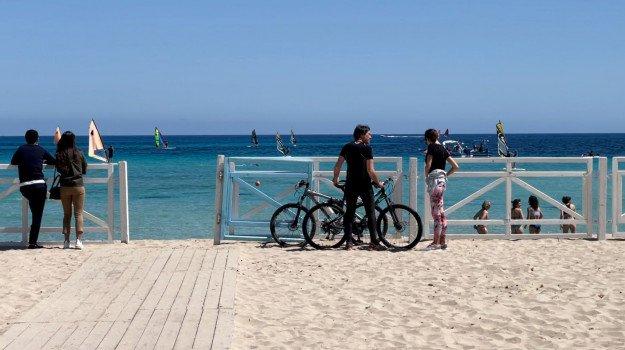 Ultimo giorno di arancione, in Sicilia si torna in spiaggia: a Palermo alt ai divieti ma Orlando pensa ad altre misure