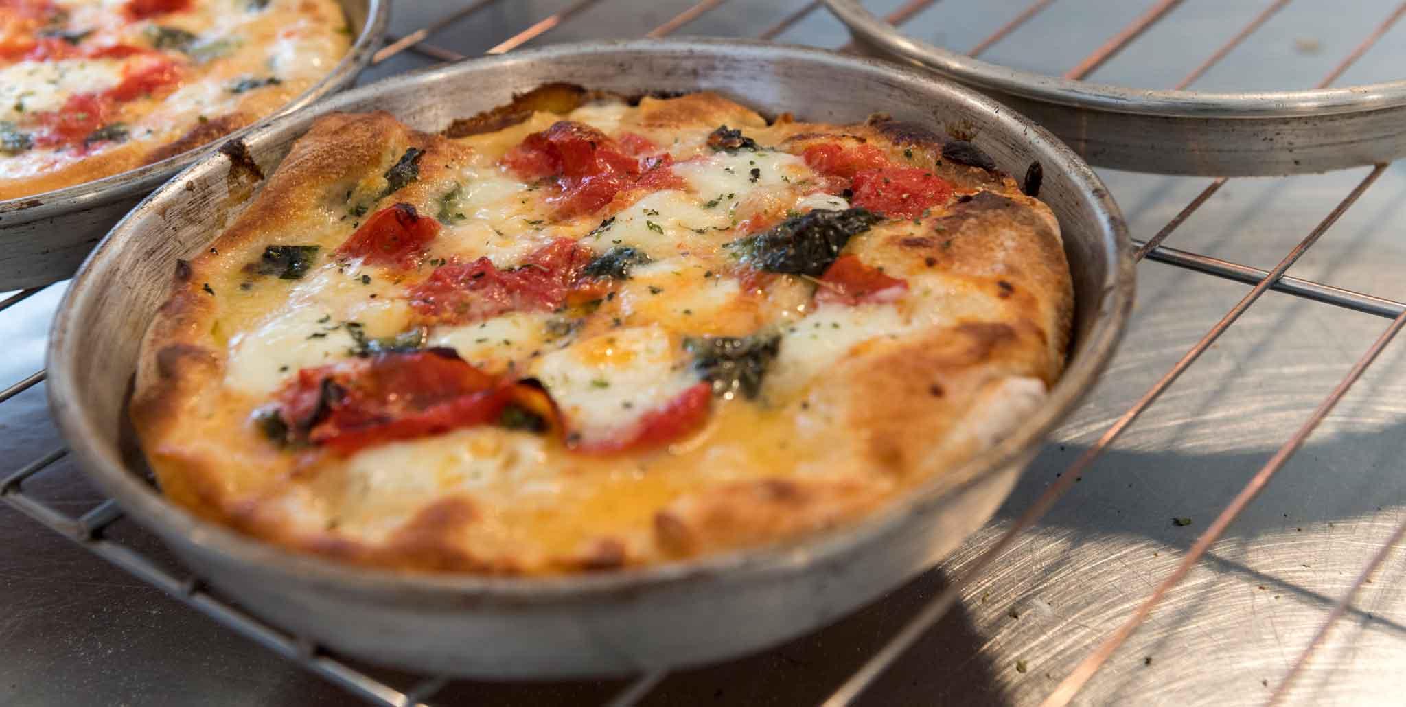 Pizza in teglia fatta in casa: la ricetta perfetta a lunga lievitazione