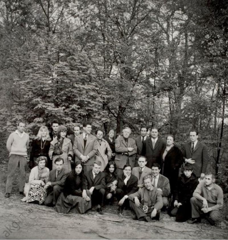 c. 1960, (André, Elisa u. Aube Breton, G.Goldfayn, Toyen, E.Jaguer, G.Legrand, N.Espagnol, A.Joubert, R. Benayoun, J.Pierre, M.Van Hirtum u. a.). Foto, April 1960, von Denise Bellon