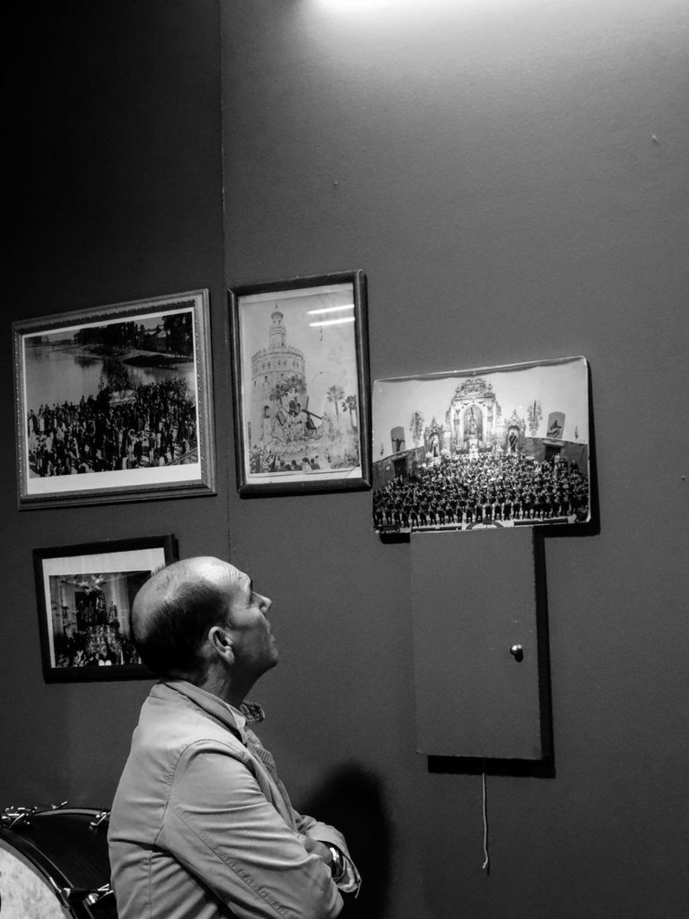 Victor mirando Concierto en la Hdad. del Gran Poder