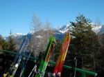 Anche gli sci prendono il tiepido sole che ha accompagnato la giornata...