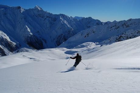 Discesa sui pendii immacolati dalla Cima di Profa Alta, sullo sfondo la Cima di Pietra Rossa 3283 m.