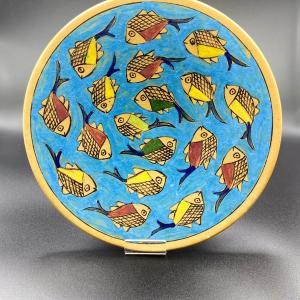 Assiette artisanale iranienne fait a la main et entièrement en argile. Art Iran plat artisanal motif poisson symbole de prospérité en Iran.