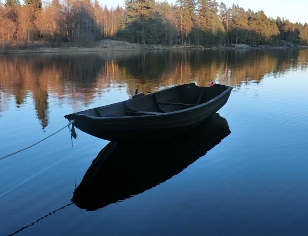 Aktivitet-Båt-på-speilblank-sjø