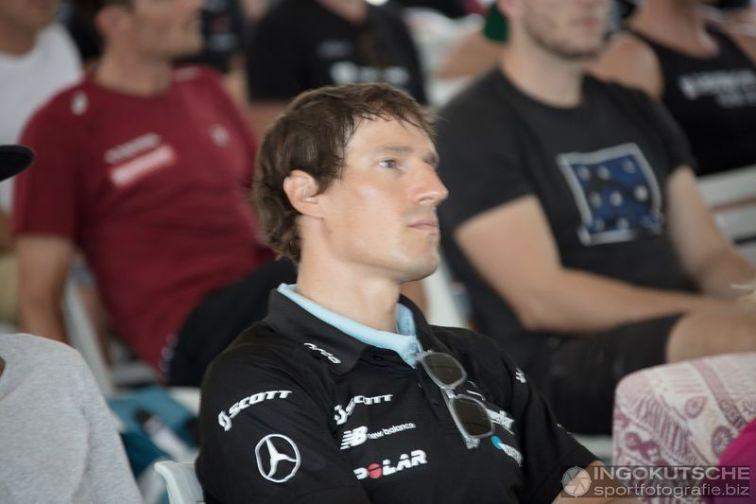Sebastian Kienle verfolgt aufmerksam das Geschehen