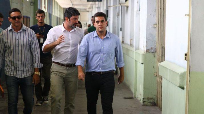 Após ameaça de auditoria pelo TCE, Rafael Diniz abre licitação para uniformes escolares