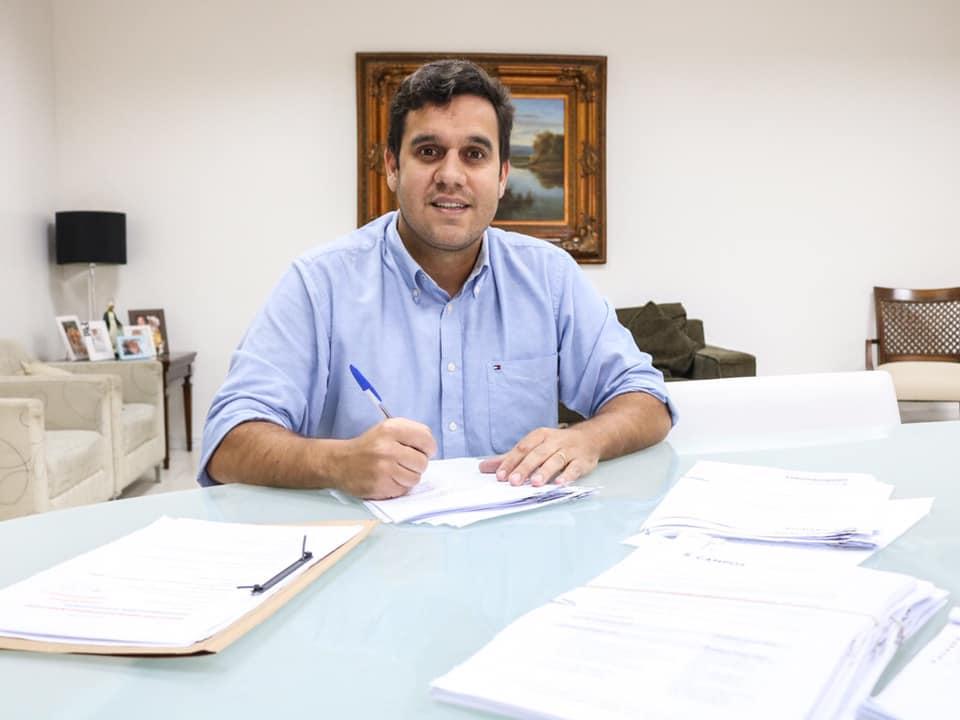 Rafael Diniz publica lei de redução da carga horária de servidores; veja as categorias beneficiadas
