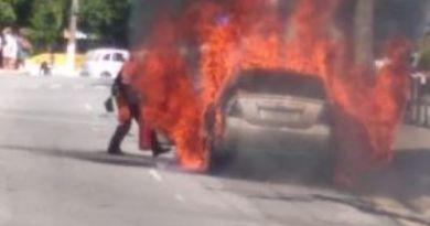 Carro pega fogo no Centro de Campos