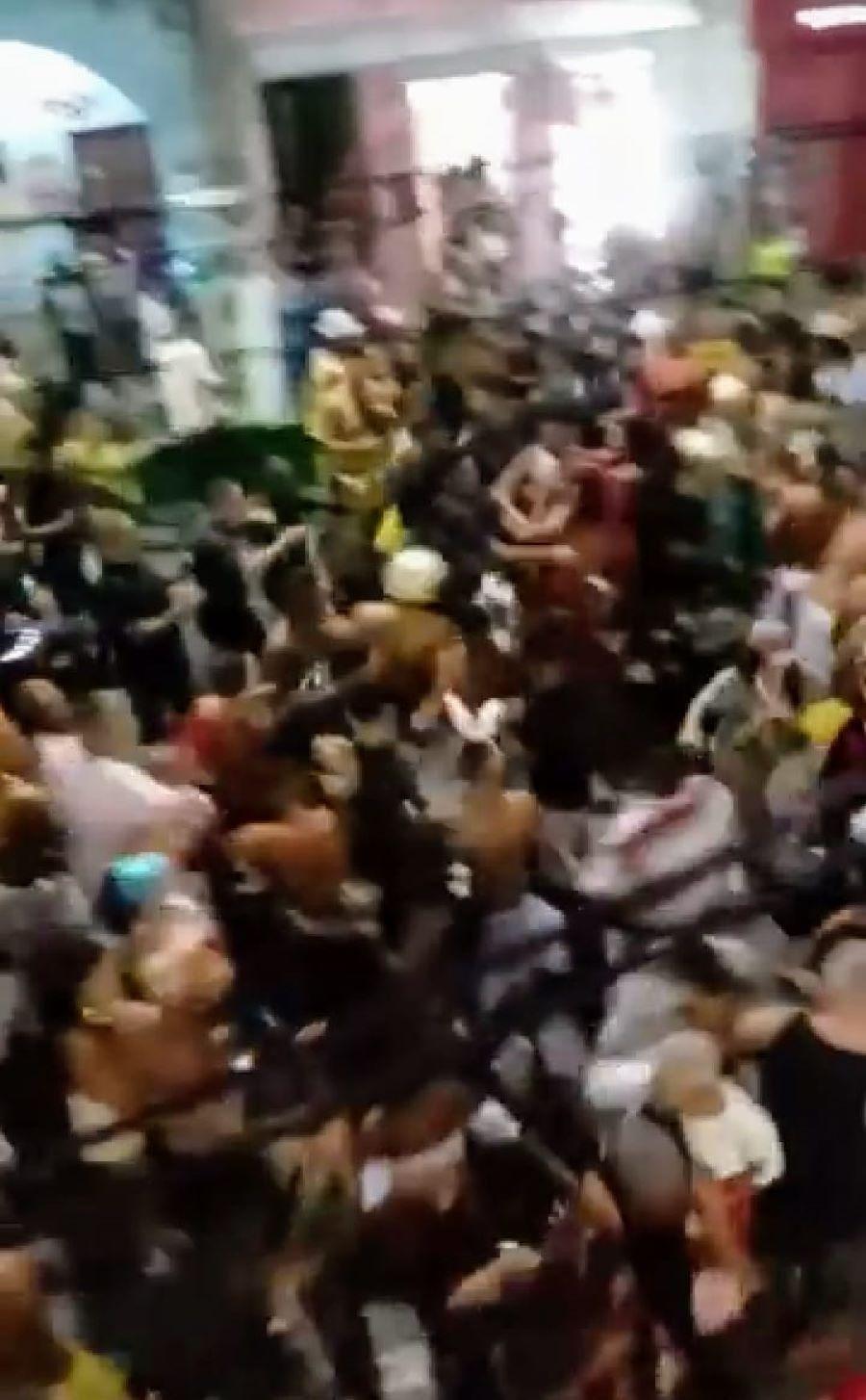 Vídeo registra pancadaria entre foliões em bloco de carnaval de SJB