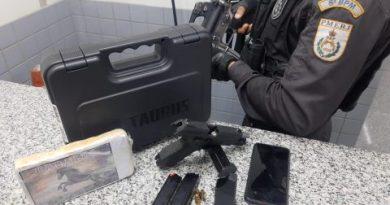 Polícia apreende drogas e munições dentro de carro na BR-101