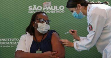 Enfermeira de São Paulo é primeira brasileira vacinada contra covid-19