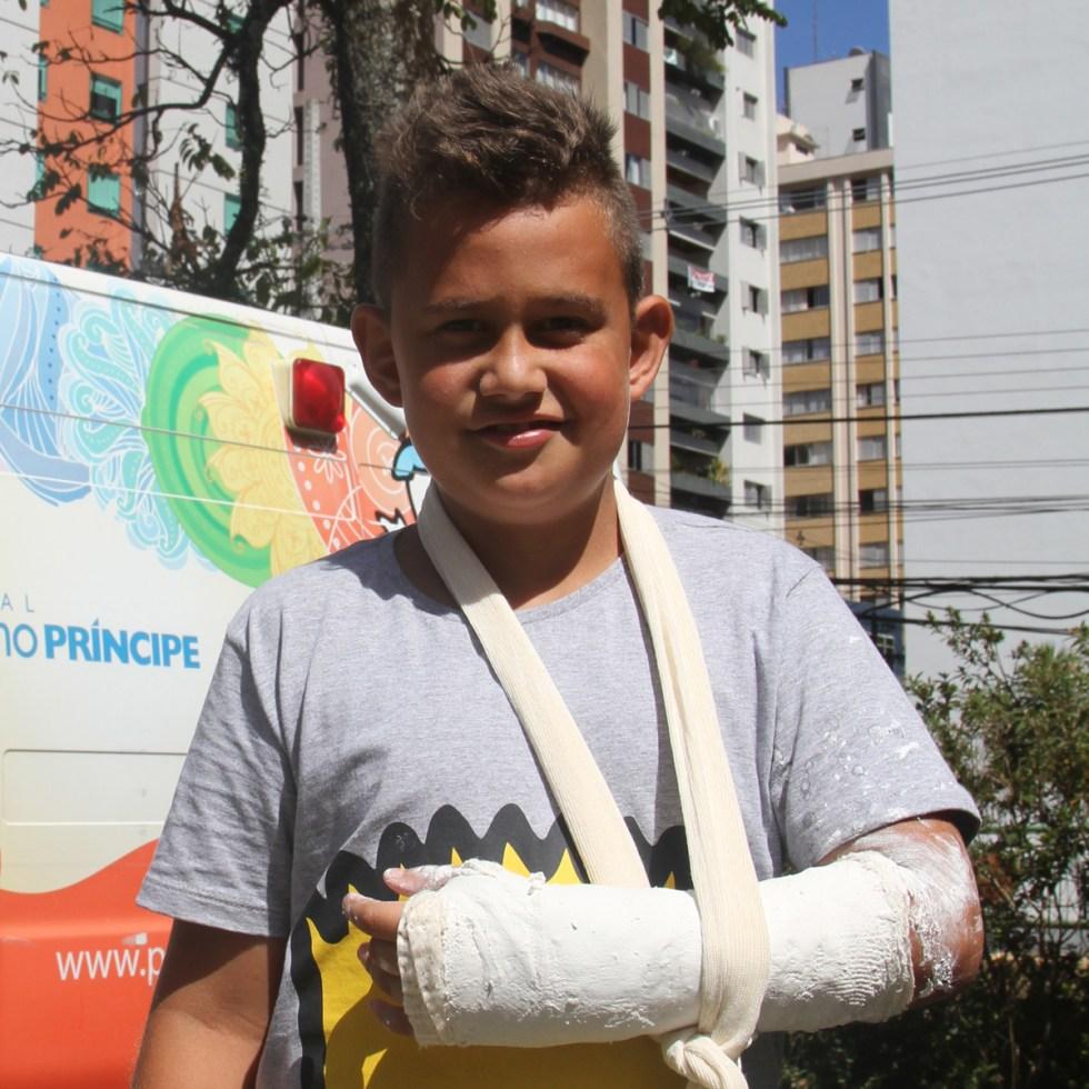 Por um descuido, Kauan quebrou o braço no parque do prédio em que mora.