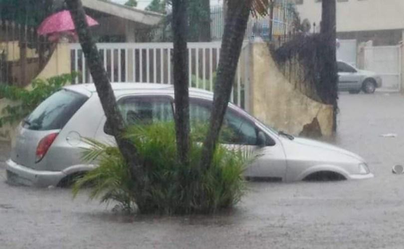 Chove na cidade desde sexta-feira (15), mas a situação piorou ainda mais a partir da noite de sábado (16), quando o volume das chuvas aumentou. Foto: Litoral 24h Online