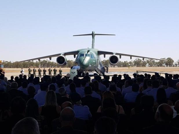 Força Aérea Brasileira recebe novo avião militar KC-390