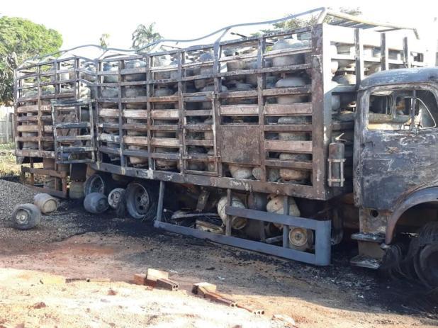 Crianças são resgatadas de casa após botijas de gás explodirem dentro de caminhão em Guajará-Mirim; veja o vídeo