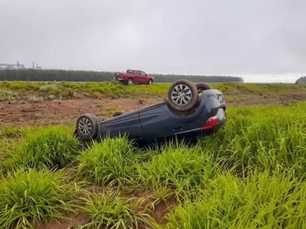Mulher perde controle da direção e capota veículo na BR-174, em Vilhena