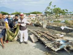 Beberapa tim relawan saat mengevakuasi korban