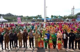 Bupati Sukiman, Ketua TP PKK Hj Peni Herawati, Sekda, dan pejabat Forkompinda bersama anak PAUD bergembira Riau di peringatan Hari Anak 2018