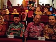 Bupati Sukiman bersama Bupati dan Walikota lainnya saat akan menerima anugerah sertifikat WBTB Indonesia di Jakarta