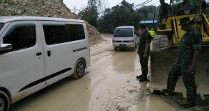 Kondisi Jalan Lintas Sumbar-Riau yang tertimbun Longsor