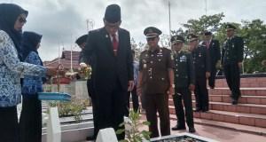 Bupati Rokan Hilir H. Suyatno. Amp melakukan Tabur Bunga di Taman Makam pahlawan Kusuma Bhakti di Bagansiapiapi.