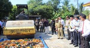 Bupati Sukiman dan Kepolisian beberapa waktu lalu, musnahkan BB Miras hasil tangkapan