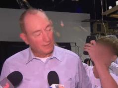 Senator Australia, Fraser Anning, saat diserang dengan telur mentah oleh pemuda yang wajahnya diblur Foto: Screenshot/ABC News