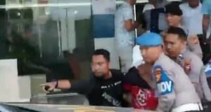 Seorang pria (berbaju merah) yang ngamuk di BNI Dumai saat diamankan oleh aparat kepolisian