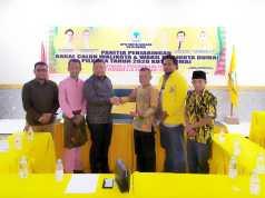 Tengku Dedy didampingi Tengku Sayyed Hasrian dan Tedi Candra Nurziman saat pengambilan formulir pendaftaran bakal calon Walikota Dumai periode 2021-2026.