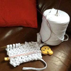 un tapis de bain tricote en trapilho
