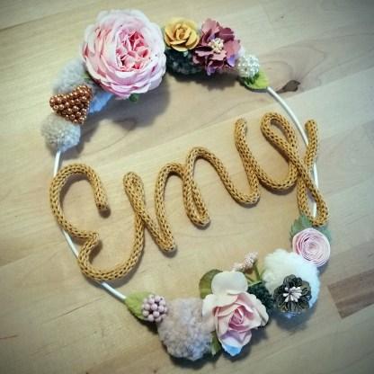 Emy - couronne de fleurs en tricotin