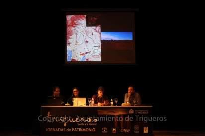 De izquierda a derecha: George Nash, Sara Garcês, Hipólito Collado y José Julio García Arranz. (Parte del equipo que expone los resultados del estudio en el Dolmen de Soto).