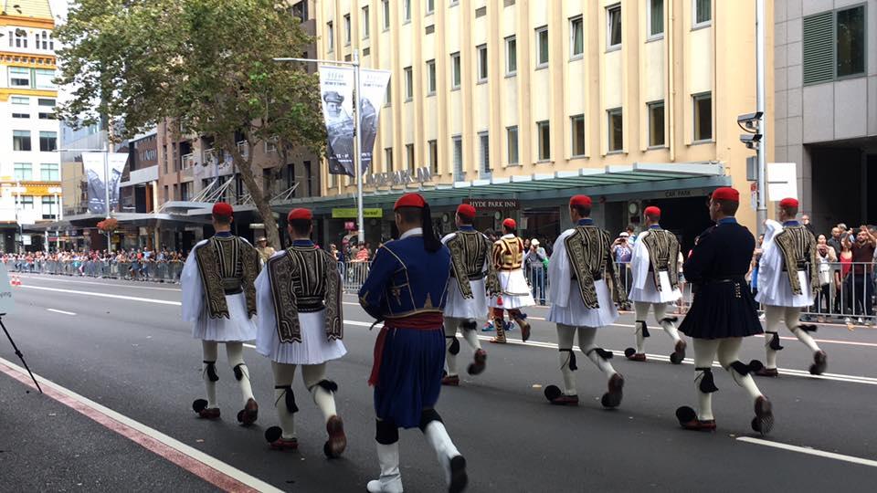 Τρομερή εικόνα από την Αυστραλία: Δείτε την συγκίνηση του Εύζωνα όταν άκουσε για την Ελλάδα! - Εικόνα9