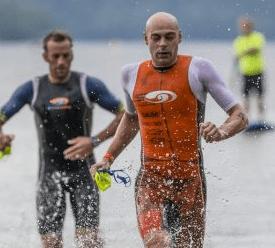 Photo par Competitive image montrant deux athlètes pros portant trisuit avec manche et swimsuit