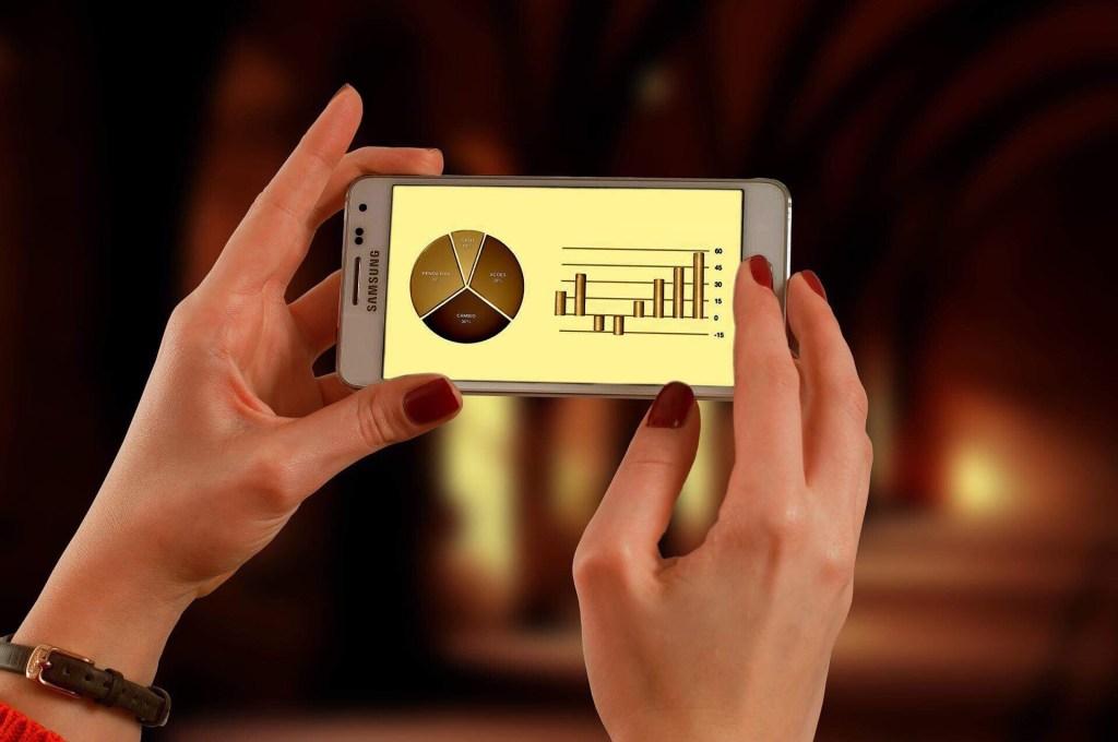Imagem de mulher olhando analise no celular como fazemos
