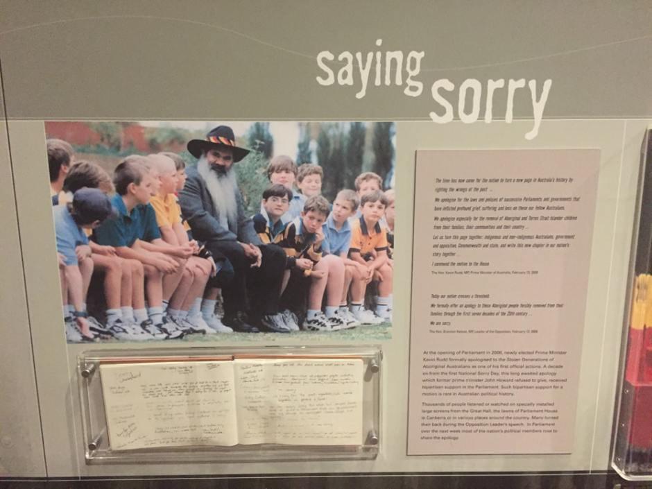 """A droite : """"Discours de Redfern"""" fait par le premier ministre Paul Keating en 1992. En bas : un livre de témoignage ou de nombreux australiens ont approuvé leurs soutiens aux aborigènes"""