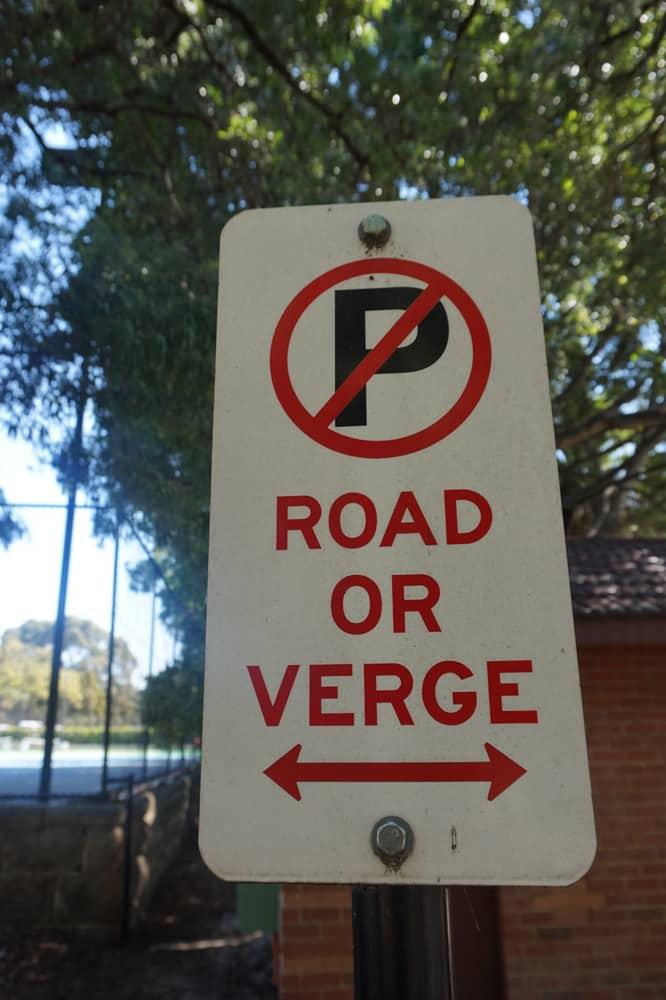 Interdit de stationner sur la route ou sur l'accotement (verge)
