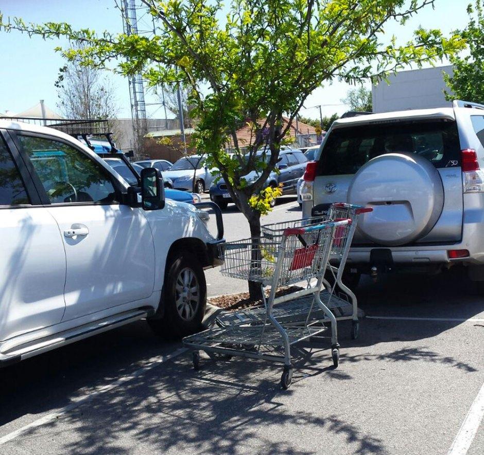 Des chariots sur le parking d'un supermarché. Habitude australienne ?