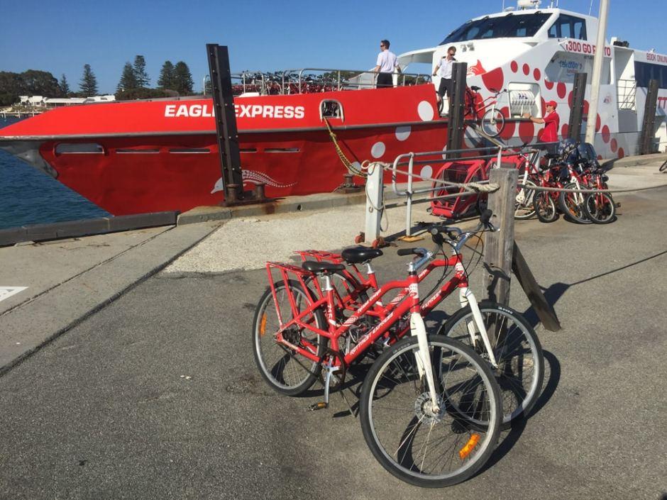 Le ferry et nos 2 beaux vélos de location