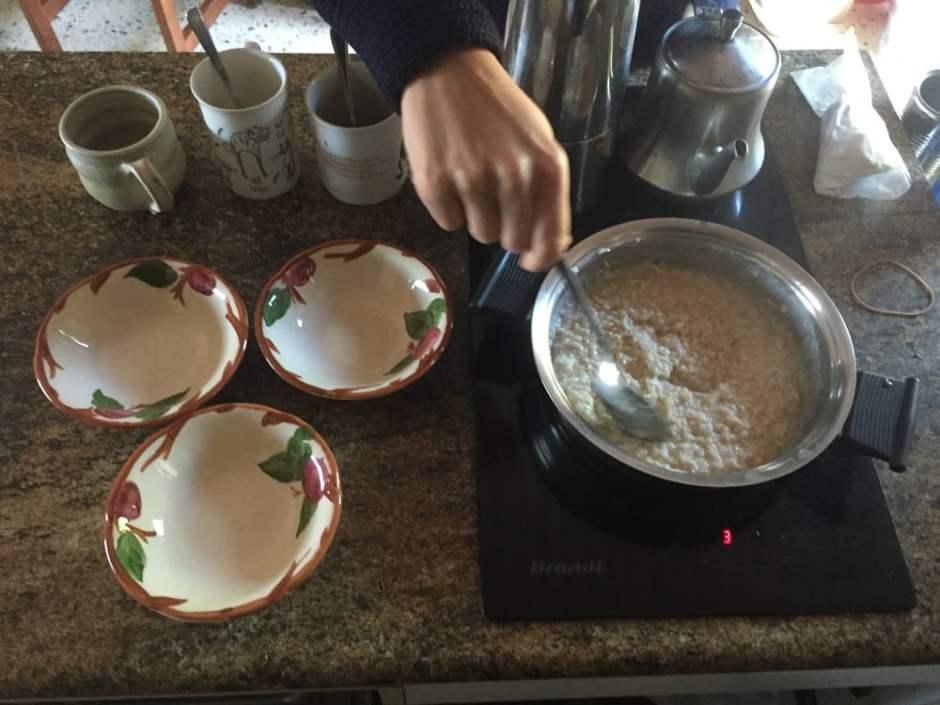 Préparation du petit déjeuner. A droite du porridge