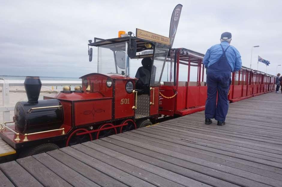 Le petit train du ponton et son chauffeur