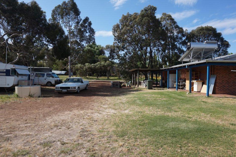 L'arrière du caravan park avec l'espace cuisine