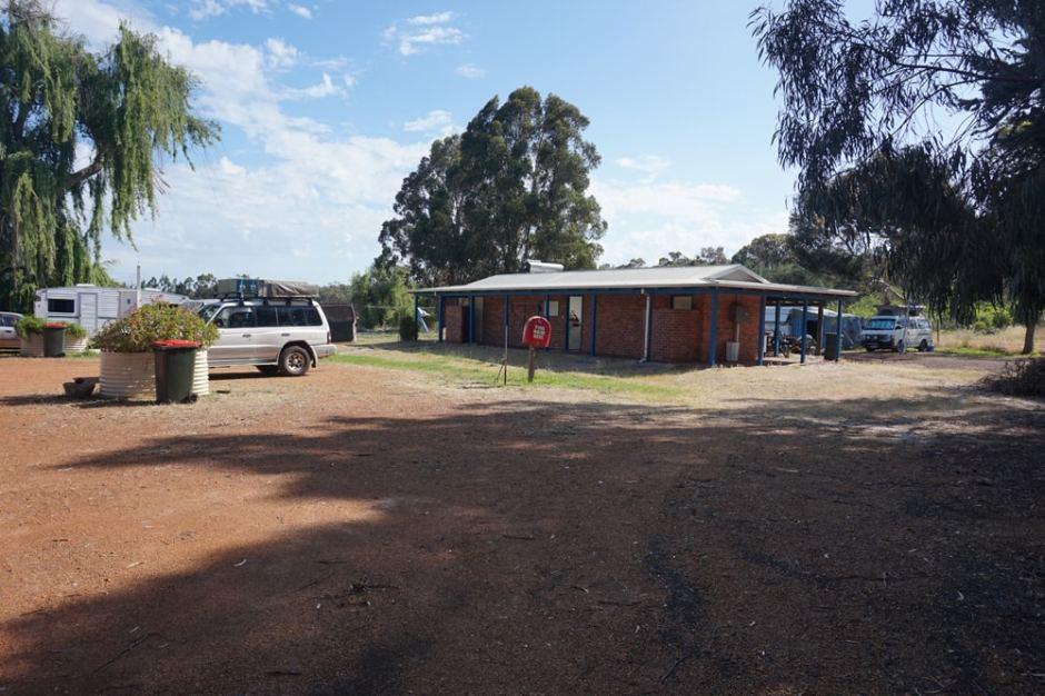 Notre caravan park, avec Pony bien garé :)