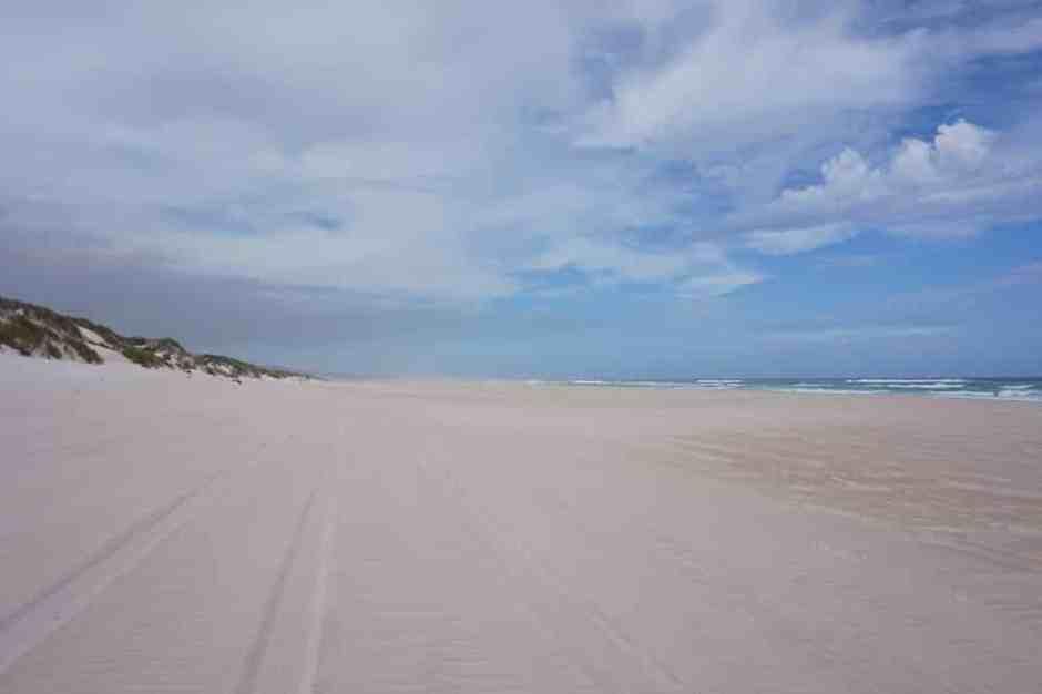 Nous y sommes ! 10 km de routes ensablées et nous arrivons à la plage