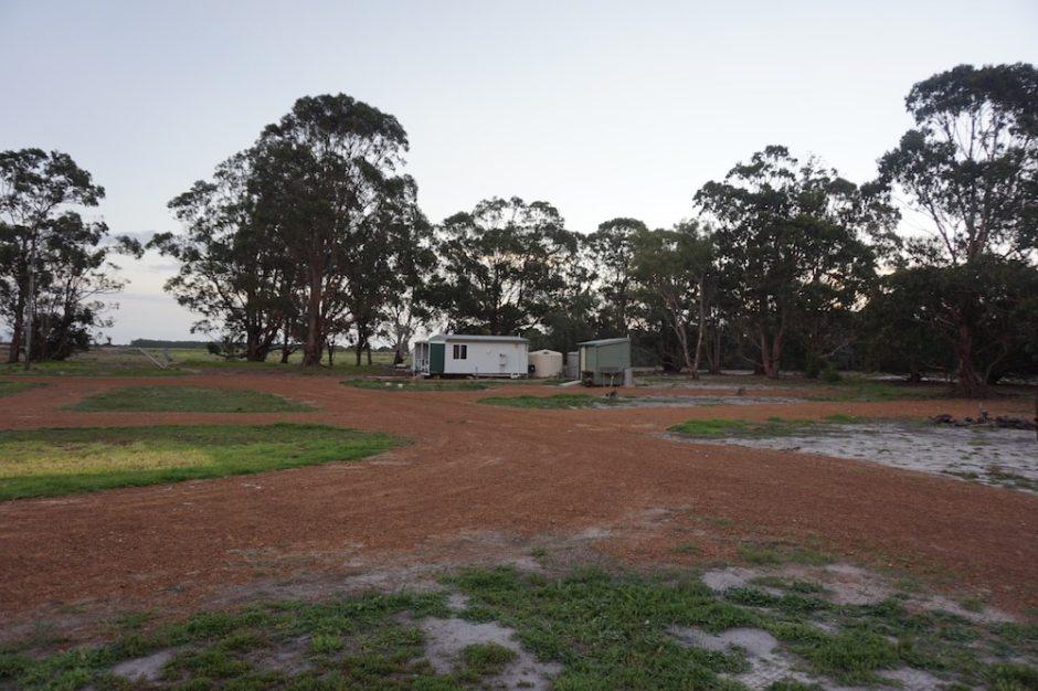 Le camping avec la petite cabane (douche / wc)