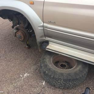 Placer la roue sous la voiture apporte un peu de sécurité au cas ou le cric lache