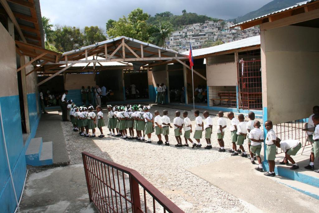 Le Collège Canapé-Vert badigeonné de matières fécales