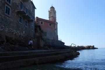 città ligure sul mare, con campanile