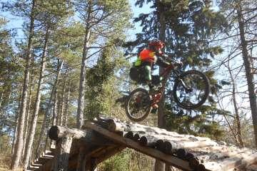 downhill uomo in bicicletta mtb