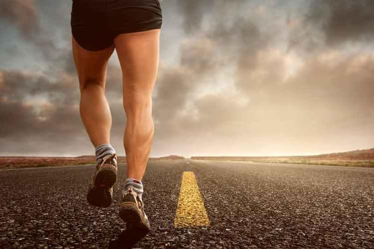 Potenziare i muscoli con le corse in salita.